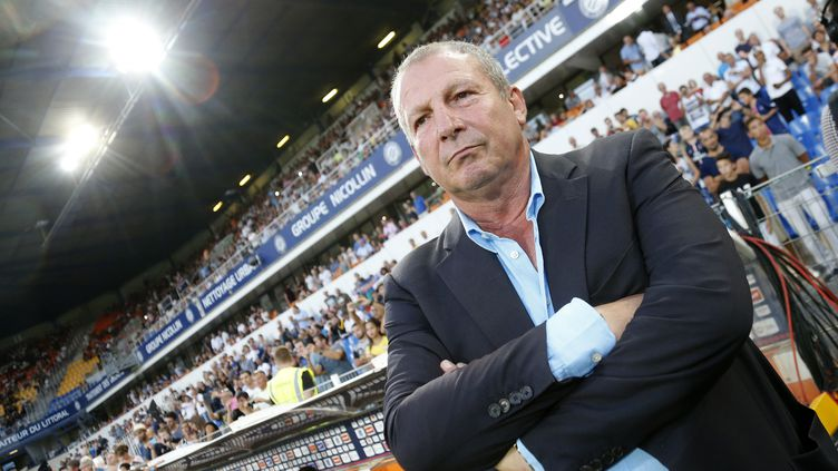 Rolland Courbis, alors entraîneur de Montpellier, sur le banc face au PSG, le 21 août 2015, au stade de la Mosson. (JEAN CATUFFE / GETTY IMAGES EUROPE)