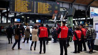 Des employés de la SNCF guident les passagers alors que plusieurs trains étaient annulés en raison d'un mouvement de grève, le 31 mai 2016, à la gare Saint-Lazare, à Paris. (RODRIGO AVELLANEDA / ANADOLU AGENCY / AFP)