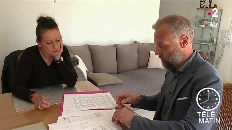 L'ancienne salariée et son juriste. (France 2)