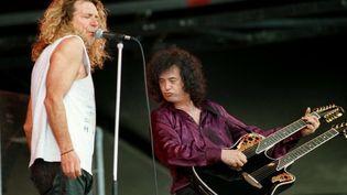 "Robert Plant avec Jimmy Page et sa guitare double manche pour interpréter ""Stairway to Heaven""  (UWE ZUCCHI / DPA)"