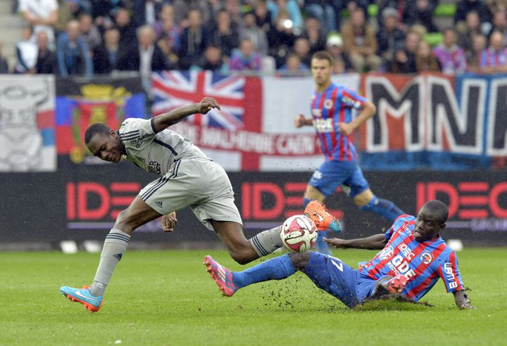 N'Golo Kanté récupère le ballon dans les pieds de Wanga Imbula, lors de Caen-Marseille (1-2), le 4 octobre 2014. (STEPHANE GEUFROI / MAXPPP)