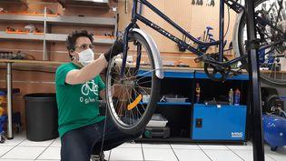 """Un réparateur de vélo partenaire du dispositif """"coup de pouce vélo"""", à La Rochelle, en mai 2020. (JULIEN FLEURY / FRANCE-BLEU LA ROCHELLE)"""