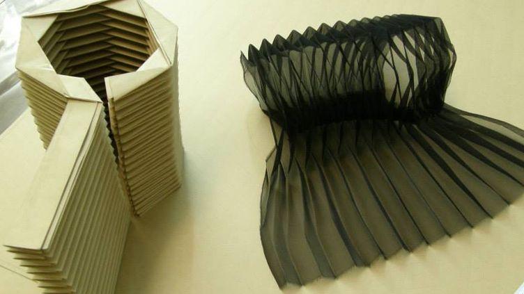 Un métier en carton et sa réalisation en tissu, travail de la Maison du pli  (Maison du pli)