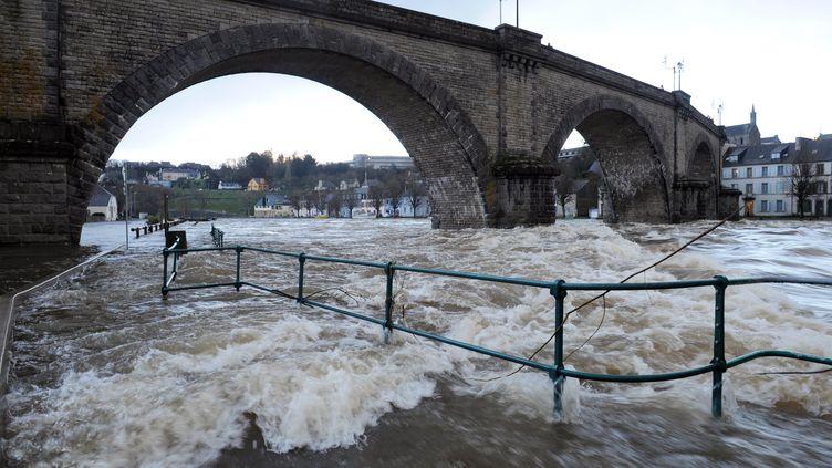 L'Aulne en crue à Châteaulin (Finistère), après le passage de la tempête Dirk, le 25 décembre 2013. (FRED TANNEAU / AFP)