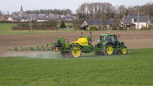 Traitement chimique de céréales en Anjou en février 2017. (CHRISTIAN WATIER / MAXPPP)