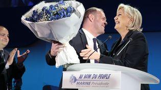 Steve Briois remet un bouquet de fleurs à Marine Le Pen, le 23 avril 2017, à Hénin-Beaumont (Nord). (JOEL SAGET / AFP)