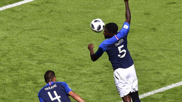 Samuel Umtiti commet une main dans la surface de réparation française contre l'Australie, samedi 16 juin à Kazan (Russie). (LUIS ACOSTA / AFP)