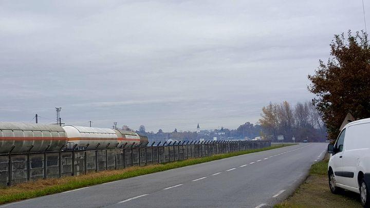 Des vapeurs bleues surplombent la plateforme d'industrie chimique de Lacq (Pyrénées-Atlantiques), le24 novembre 2017. (Chrystèle Alviset / DR)