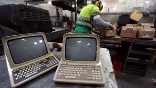 12 juin 2012. Des salariés d'Envie 2E (Emploi et Environnement), entreprise spécialisée dans le traitement des déchets électriques et électroniques à Toulouse (PASCAL PAVANI / AFP)