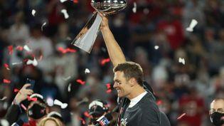 Le quarterback Tom Brady (Tampa Bay Buccaneers) avec le Vince-Lombardi Trophy 2020, à Tampa (Floride, Etats-Unis). (PATRICK SMITH / GETTY IMAGES NORTH AMERICA / AFP)