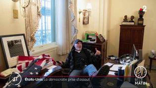 Un partisan de Trump dans le bureau de la démocrate Nancy Pelosi au Capitole (France 2)