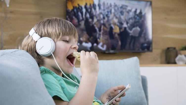 Manger devant un écran limite la perception du sentiment de satiété. (COLLANGES / BSIP)