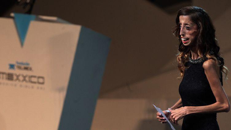 Lizzie Velasquez, lors d'un discours à Mexico en 2014. La jeune femme est victime de moqueries sur son physique. (MANUEL VELASQUEZ / ANADOLU AGENCY / AFP)