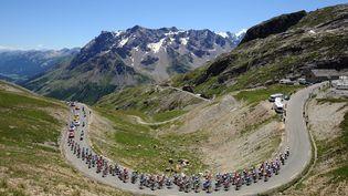 Un groupe de coureurs du Tour de France sur les pentes du Galibier, dans les Alpes, le 23 juillet 2008. (PATRICK HERTZOG / AFP)