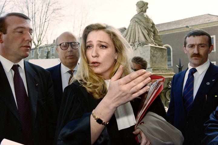 Marine Le Pen, devantle palais de justice d'Auch (Gers), le 22 mars 1995. (GABRIEL BOUYS / AFP)
