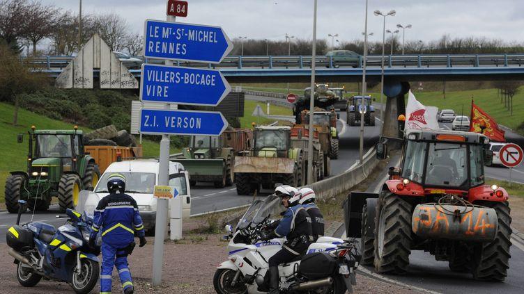 Manifestation des agriculteurs sur la RN 165 dans les deux sens entre Lorient et Quimper en Bretagne, le 27 janvier 2016 (MAXPPP)