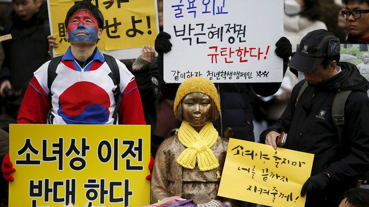 Financée par des fonds collectés auprès du public, pour un total de 30 millions de wons (23.400 euros), elle a été érigée en 2011 par un groupe issu de la société civile sur le trottoir qui fait face à l'ambassade du Japon à Séoul. On la voit ici le 30 décembre 2015, entourée de manifestants qui protestent contre son «déplacement», comme le dit l'une de leurs pancartes. Le 31 décembre, le Japon a offert des «excuses sincères» et un milliard de yens (7,5 millions d'euros) pour aider les 46 ex-«femmes de réconfort» sud-coréennes encore en vie. Cet accord, qualifié par les deux parties de «définitif», n'est cependant pas clair sur le sort qui doit être réservé à la statue. Laquelle est devenue un point de ralliement pour ceux qui accusent le gouvernement sud-coréen de s'être laisser acheter par Tokyo. Pour le Japon, l'accord engage clairement la Corée du Sud à la faire enlever. Mais Séoul rétorque avoir seulement promis d'étudier la possibilité de le déplacer. 70 ans après la fin de la guerre, l'affaire des «femmes de réconfort» n'a sans doute pas fini d'empoisonner les relations entre les deux pays... (REUTERS - Kim Hong-Ji - Janvier 2016)