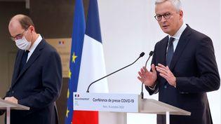 Le ministre de l'Economie, Bruno Le Maire, aux côtés du Premier ministre, Jean Castex, lors d'une conférence de presse sur l'épidémie de Covid-19, le 15 octobre 2020, à Paris. (LUDOVIC MARIN / POOL / AFP)