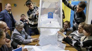 Un dépouillement dans un bureau de vote de Kiev (Ukraine), le 26 octobre 2014 au soir des élections législatives anticipées. ( GLEB GARANICH / REUTERS)