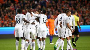 Les joueurs de l'équipe de France félicitent Paul Pogba après son but inscrit face aux Pays-Bas, le 10 octobre 2016 à Amsterdam. (MAXPPP)