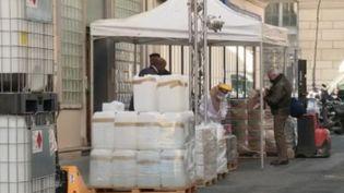 Face à la demande toujours plus importante de gel désinfectant hydroalcoolique, un des principaux remparts au coronavirus Covid-19, une pharmacie parisienne a décidé d'en produire directement dans la rue, mardi 31 mars. (FRANCE 2)