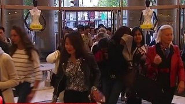 Zoom sur ces touristes étrangers qui viennent à Paris spécialement pour faire les soldes