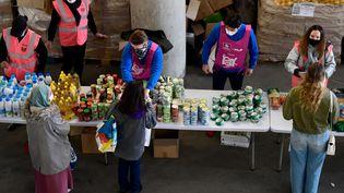 Des bénévoles des Restos du coeur distribuent de la nourriture à des étudiants à Marseille, le 26 mars 2021. (NICOLAS TUCAT / AFP)