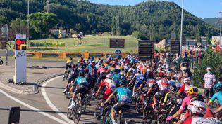 Des signaleurs numériques ont été ajoutés sur les routes du Tour de France pour annoncer les dangers aux coureurs (photo prise lors de la 6e étape du Tour 2020 entre Le Teil et le mont Aigoual). (Markus Laerum / Safe Cycling Race)