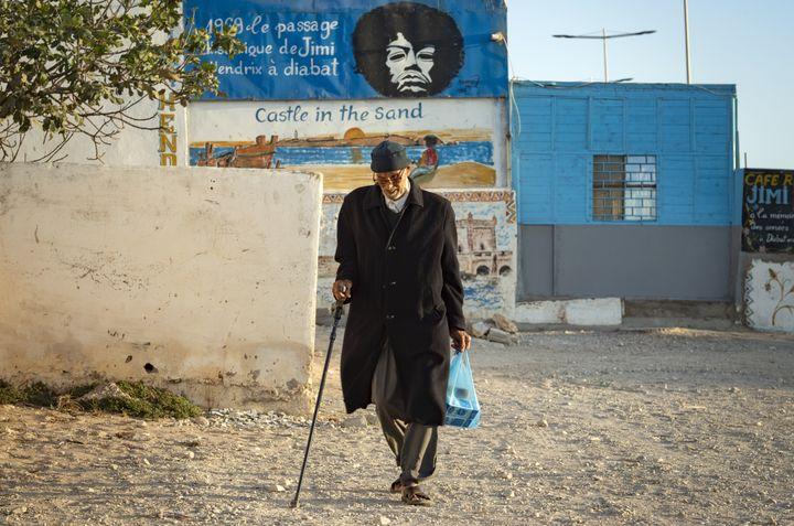 Une photo prise dans la ville côtière marocaine d'Essaouira montre un portrait du guitariste américain Jimi Hendrix, le 10 septembre 2020. (FADEL SENNA / AFP)