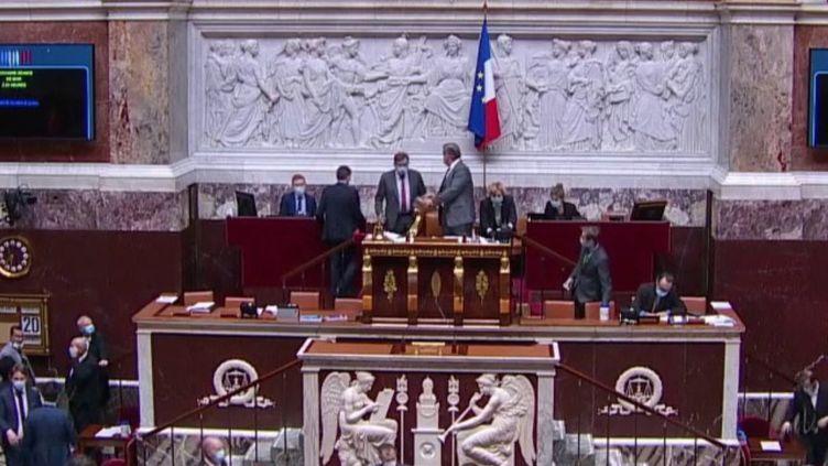 """Loi sur la """"sécurité globale"""" : l'article 24 adopté à l'Assemblée nationale (FRANCE 3)"""