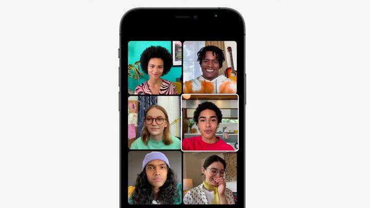 Ce à quoi ressemble une conversation FaceTime. La personne en train de parler est mise en avant à travers un carré blanc. (APPLE)