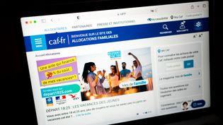 Une image d'illustration du site de la CAF, le 9 août 2021. (XOSE BOUZAS / HANS LUCAS)