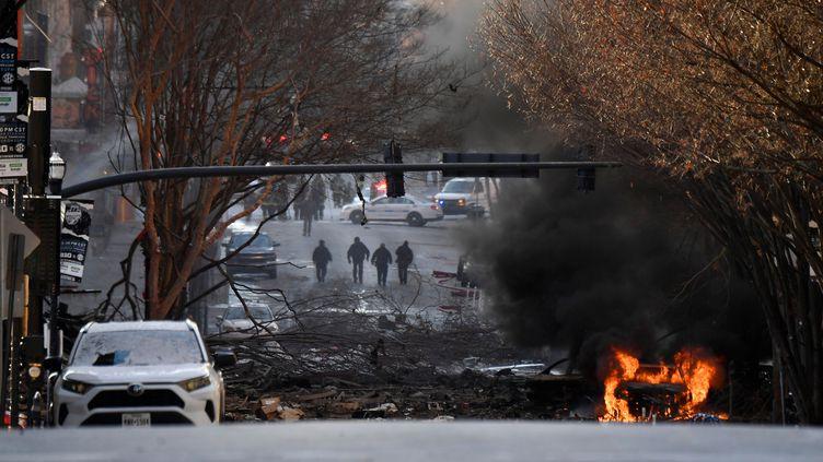 Une voiture brûle dans le centre-ville de Nashville, à la suite d'une explosion, le 25 décembre 2020. (USA TODAY SPORTS / REUTERS)