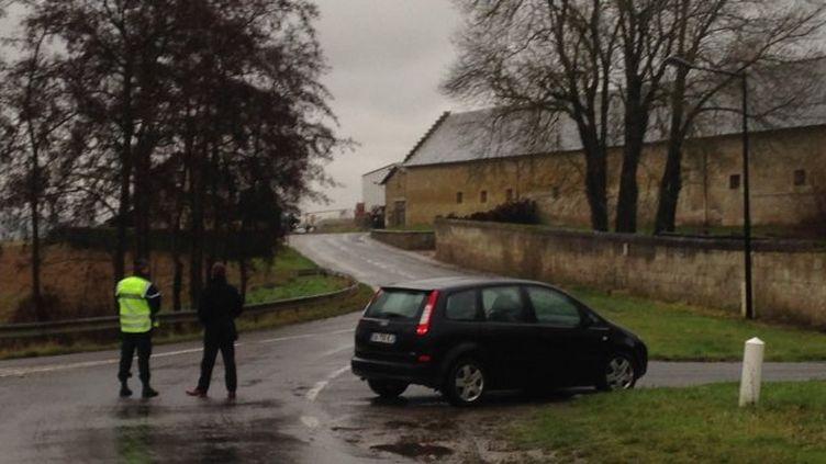"""Des gendarmes stationnés dans un corps de ferme situé entre Soissons et Villers-Cotterêts, dans l'Aisne, le 8 janvier 2015, lors de la traque des suspects de l'attaque de """"Charlie Hebdo"""". (RÉMI VIVENOT / FRANCE 3 PICARDIE)"""