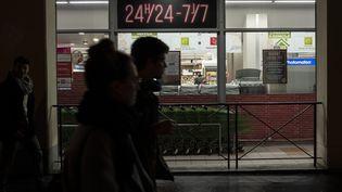 Des clients devant le supermarché Casino ouvert tous les jours à Lyon, le 15 mars 2019. (ROMAIN LAFABREGUE / AFP)