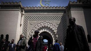 Des musulmans quittent la grande mosquée à Paris, le 18 mai 2018. (PHILIPPE LOPEZ / AFP)