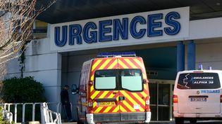 L'entrée des urgences du CHU de Grenoble (Isère) le 5 janier 2014. (JEAN-PIERRE CLATOT / AFP)
