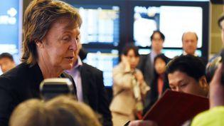 Paul McCartney à son arrivée à l'aéroport Haneda de Tokyo, le 15 mai dernier.  (TOSHIFUMI KITAMURA / AFP)