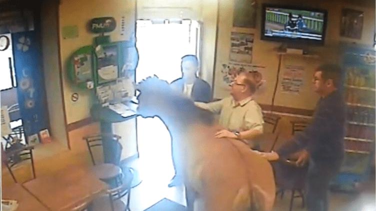 Le poney est entré dans ce bar PMU de Villers-en-Cauchies (Nord), dimanche 6 avril. (LA VOIX DU NORD)