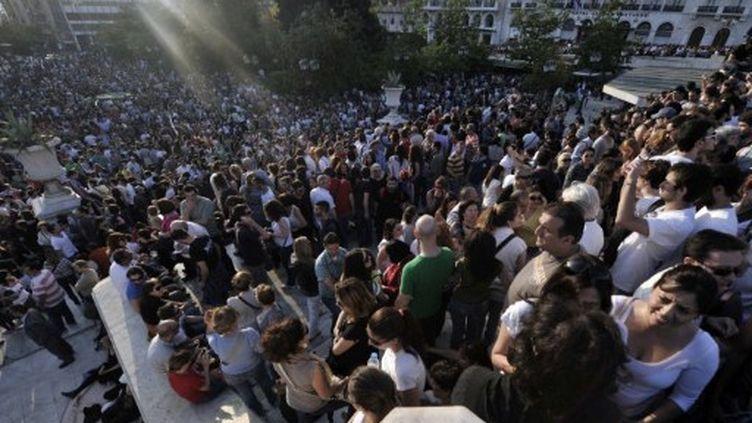 Affluence de milliers d'indignés sur la place Syndagma d'Athènes, mercredi 25 mai 2011. (AFP - Aris Messinis)