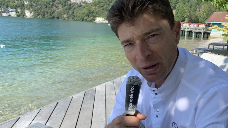 Jean Sulpice, chef deux étoiles, sur la terrasse de l'Auberge du Père Bise à Talloires, en Savoie, face au lac d'Annecy. (RF / BERNARD THOMASSON)