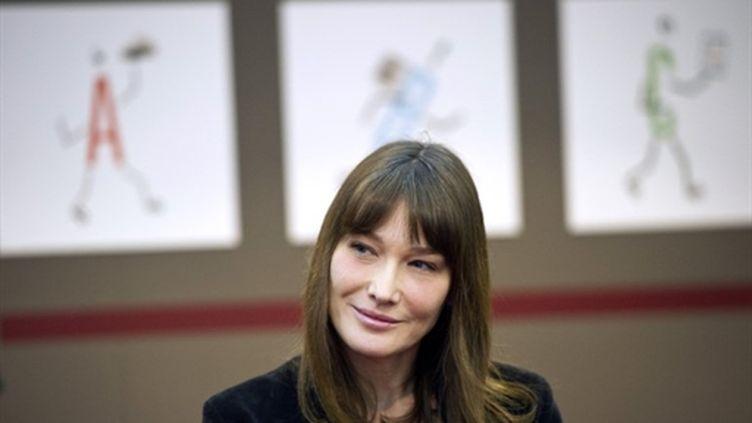 Carla Bruni à la rencontre d'enfants au Salon du Livre de Paris (18 mars 2011) (AFP/LIONEL BONAVENTURE)