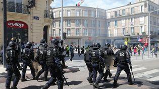 """Des policiers lors d'une manifestation de """"gilets jaunes"""" à Amiens, le 25 mai 2019 (photo d'illustration). (FRANCOIS NASCIMBENI / AFP)"""