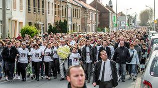 La préfecture du Pas-de-Calais estimait jeudi à quelque 4 000 personnes le nombre de participants à la marche blanche en mémoire de Chloé, neuf ans, enlevée, violée et tuée mercredi à Calais. (PHILIPPE HUGUEN / AFP)