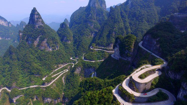 Le pilote italien Fabio Barone a gravi le mont Tianmen(Chine) et sa route aux 99 virages en un temps record, le 21 septembre 2016. (SHAO YING / IMAGINECHINA / AFP)