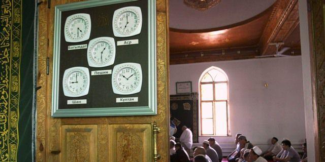 Des membres de la communauté ouzbèque en prière à la mosquée de Bichkek, le 25 juin 2010, alors que le Kirghizistan est secoué par des violences (pas si) ethniques. (REUTERS/Vladimir Pirogov)