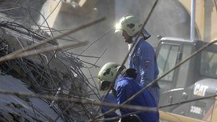 Des secouristes recherchent des survivants dans les décombres, à Beyrouth, vendredi 7 août 2020. (JOSEPH EID / AFP)