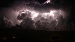Un orage nocturne, dans la vallée de Taravo, en Corse-du-Sud, le 15 août 2018. (PASCAL POCHARD-CASABIANCA / AFP)