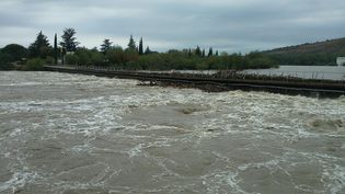 Intempéries en Ardèche déjà en septembre 2014 à Sampzon, le pont submersible encombré par les branchages charriés par la rivière Ardèche (MAXPPP)