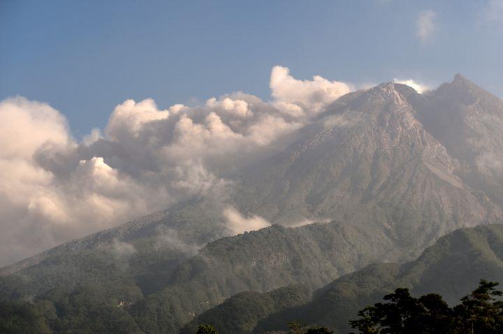 Abu dan asap membubung di atas gunung Merapi di Indonesia pada 16 Agustus 2021 (AGUNG SUPRIYANTO / AFP)